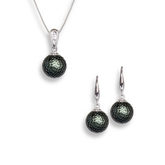 Tahitian Momento Pearl necklace and pendant set.